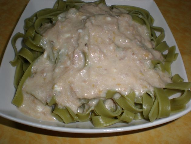 Pasta nidos, con salsa blanca